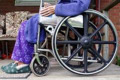 Aîné dans le fauteuil roulant image libre de droits