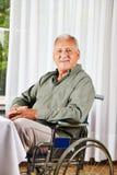 Aîné dans le fauteuil roulant dans les soins Photos stock