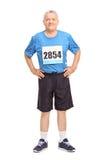 Aîné dans les vêtements de sport avec un nombre de course sur son coffre Photographie stock libre de droits