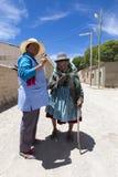Aîné de aide de femme bolivienne à marcher dans la rue de Rosario, Image stock