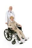 Aîné de fauteuil roulant et Doc. Image libre de droits