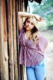Aîné de lycée se penchant contre le mur en bois Photo stock