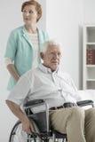 Aîné de renversement sur le fauteuil roulant Image libre de droits