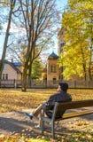 Aîné de repos en vieux parc automnal de ville, Jurmala Images libres de droits