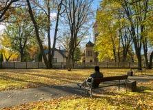 Aîné de repos en vieux parc automnal de ville, Jurmala, Lettonie Image libre de droits