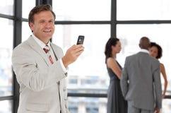 aîné de téléphone d'homme d'affaires Photo stock
