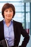 aîné de verticale de femme d'affaires Images stock