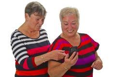 Aîné deux féminin avec le téléphone portable Photos libres de droits
