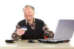 Aîné employant des opérations bancaires d'Internet Photo libre de droits