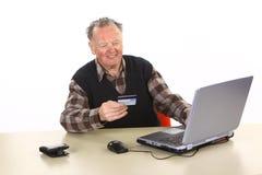 Aîné employant des opérations bancaires d'Internet Photo stock