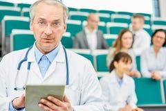 Aîné en tant que professeur compétent de médecine Images libres de droits