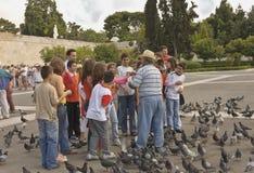 Aîné et enfants avec des pigeons Image stock