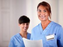 Aîné et infirmière de jeunes souriant à vous Photographie stock