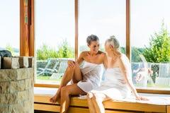 Aîné et jeune femme dans la transpiration de sauna Photographie stock libre de droits