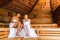 Aîné et jeune femme dans la transpiration de sauna Photos stock