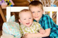 Aîné et jeunes frères sur le banc photo libre de droits