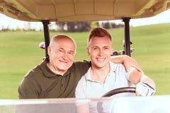 Aîné et jeunes hommes conduisant dans le cours Photos stock