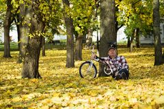 Aîné et sa bicyclette en parc d'automne Photo stock