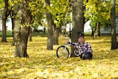 Aîné et sa bicyclette en parc d'automne Image libre de droits