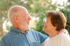 aîné extérieur heureux de verticale de couples Images libres de droits