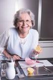 Aîné féminin actif dans la cuisine Images libres de droits