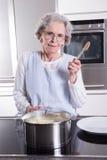 Aîné féminin actif dans la cuisine Photo stock