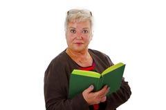 Aîné féminin affichant un livre Images stock