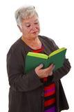 Aîné féminin affichant un livre Photos libres de droits