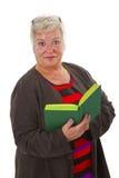 Aîné féminin affichant un livre Images libres de droits