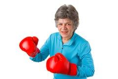 Aîné féminin avec des gants de boxe Images libres de droits