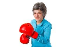 Aîné féminin avec des gants de boxe Photo stock