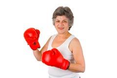 Aîné féminin avec des gants de boxe Photos libres de droits