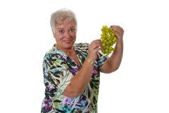 Aîné féminin avec des raisins Photos stock