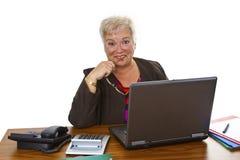 Aîné féminin avec l'ordinateur portable Images libres de droits