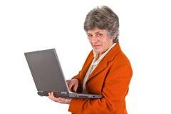 Aîné féminin avec l'ordinateur portatif Photographie stock