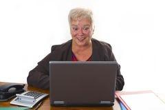 Aîné féminin avec l'ordinateur portatif Photo libre de droits
