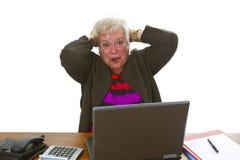Aîné féminin avec l'ordinateur portatif Photo stock