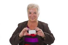 Aîné féminin avec la carte de visite professionnelle de visite Image stock