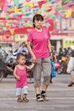 Aîné féminin avec le petit-fils dans la zone d'atelier, Pékin, Chine Photo libre de droits