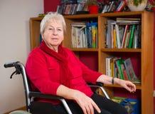 Aîné féminin dans le fauteuil roulant Photo stock