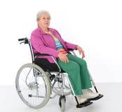 Aîné féminin dans le fauteuil roulant Image stock