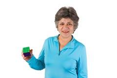 Aîné féminin de sourire retenant un cube Photographie stock