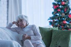 Aîné féminin seul pendant le Noël photos libres de droits
