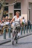Aîné féminin sur un biycle, Breda, Pays-Bas Images libres de droits