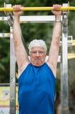 Aîné faisant l'activité physique Image libre de droits