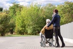 Aîné handicapé en parc Image libre de droits