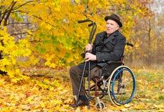 Aîné handicapé heureux appréciant le soleil d'automne Photo libre de droits