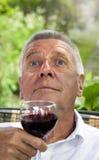 Aîné heureux appréciant la boisson Image stock