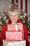 Aîné heureux avec des cadeaux de Noël Photo libre de droits