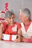aîné heureux de cadeau de couples Photo libre de droits
